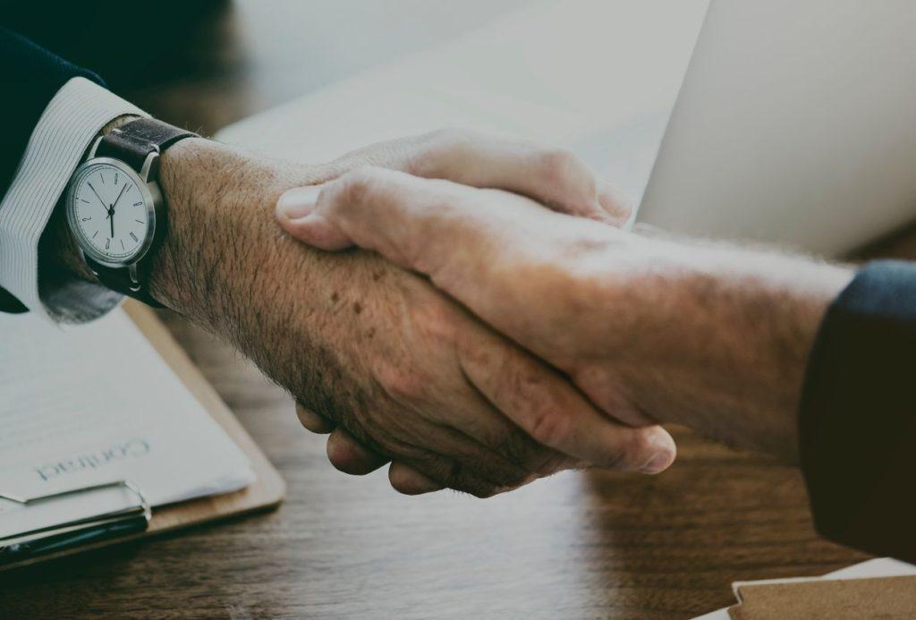 reputazione aziendale e talenti. Due mani che si stringono e che indicano una buona reputazione aziendale.