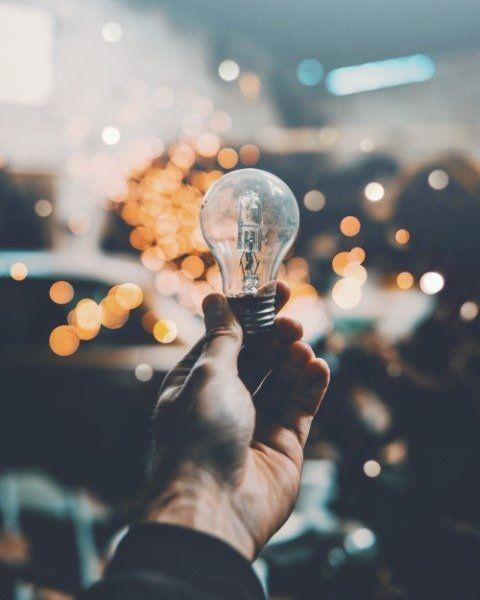 lampadina tenuta in mano