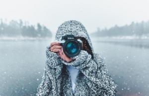 ragazza coperta di neve scatta foto