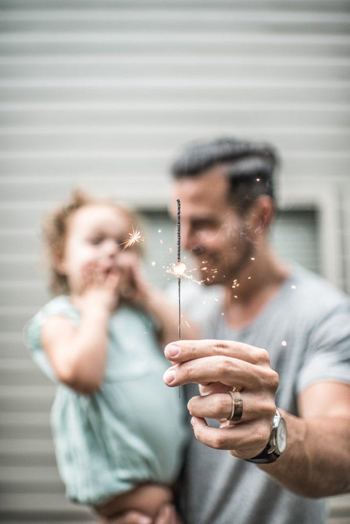 padre e hija con la varita mágica de Nochevieja