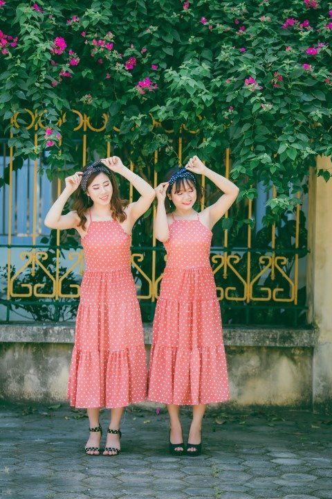 due ragazze con lo stesso vestito rosa