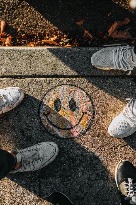 emoticon smile disegnata su strada