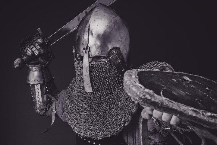 cavaliere con armatura con spada sguaiata