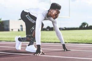 atleta pronto a scattare per una corsa