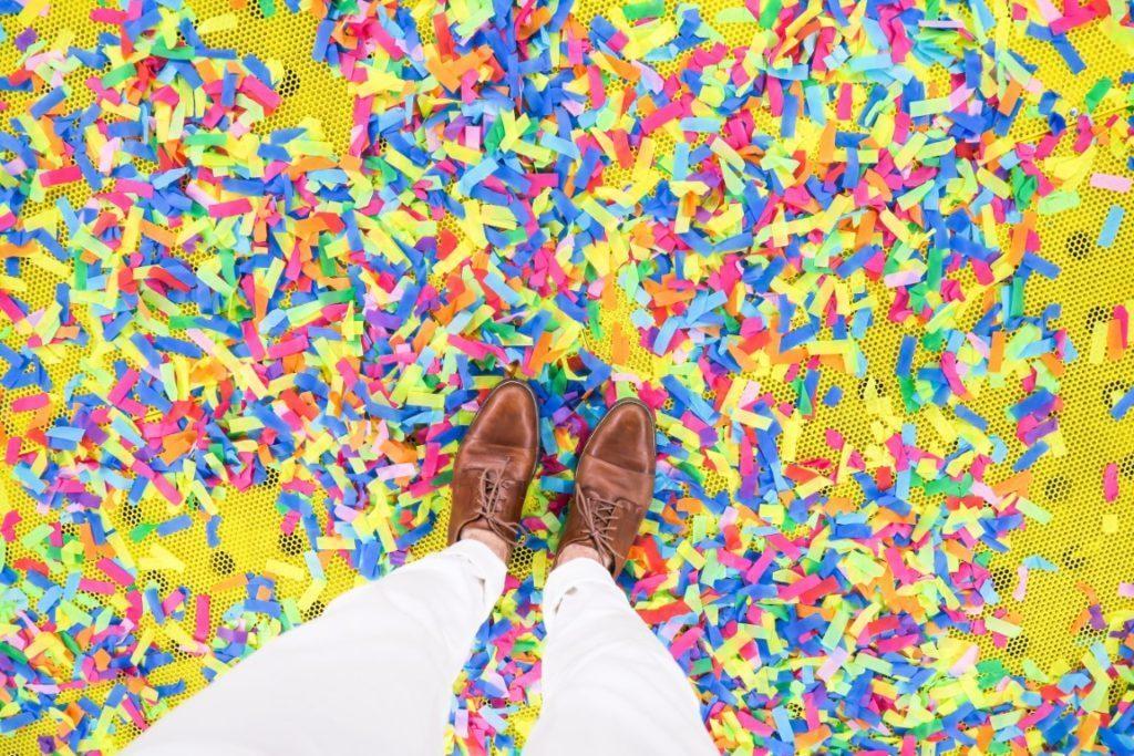 gambe di persona su pavimento con coriandoli