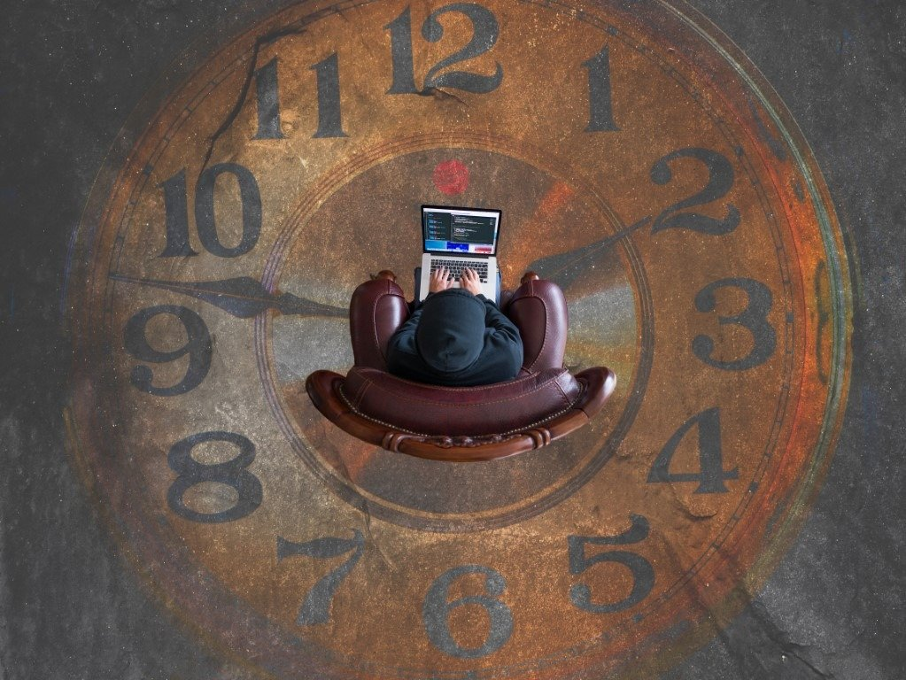 Dibujo de un reloj en el suelo con una persona en el centro