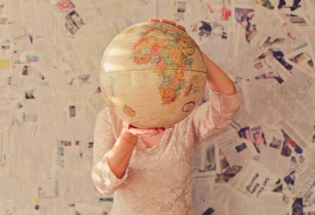 Mapa del mundo en la mano de una persona