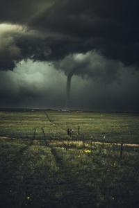 tornado in un campo