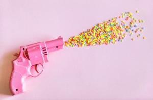 pistola giocattolo che spara caramelle