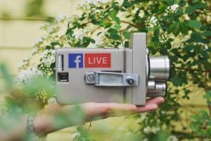 videocamera con simbolo facebook
