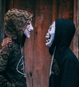 due persone con maschere
