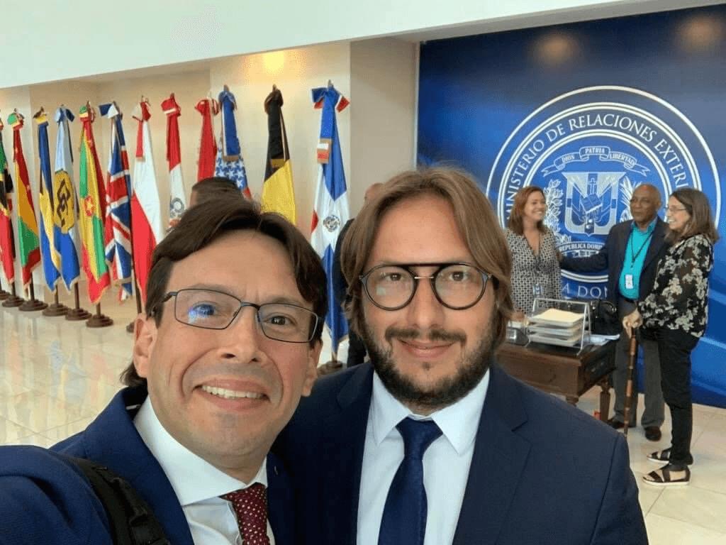 Juan Ricardo Palacio y Andrea Baggio en la sede del Ministerio de Relaciones Exteriores de la República Dominicana.